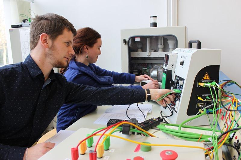 Des étudiants en travaux pratique GIM